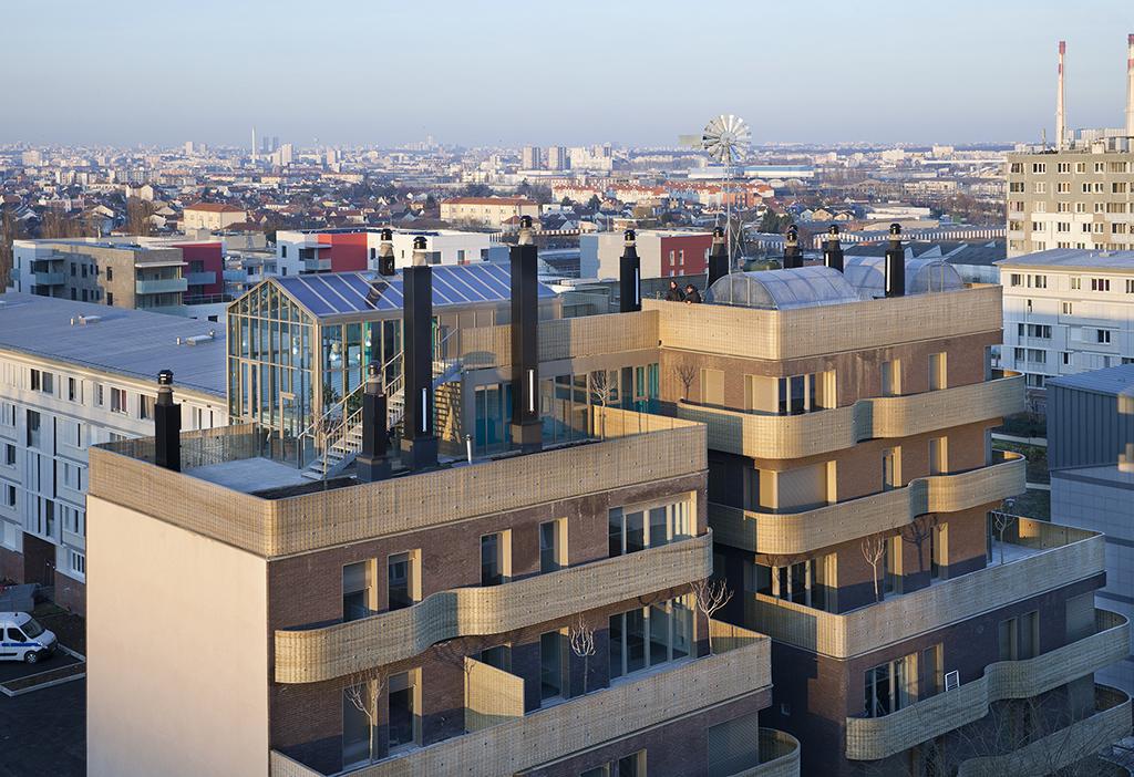 En partenariat avec l'OPH de Vitry sur Seine,le projet se trouve quartier Balzac.Prix Bas Carbone, prix AMO spécial Saint-Gobain, Prix européen d'architecture Philippe Rotthier, c'est un ensemble de logements en briques,dotés de garde-corps en osier tressé, de jardins, de terrasses et serres communes sur le toit; il bénéficie de systèmes de ventilation naturelle assistée, de récupération des eaux grises, de capteurs photovoltaïques, de chauffage urbain, d'ECS assurée par PAC sur eaux grises.